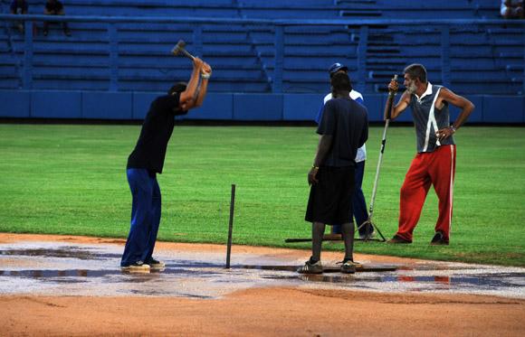 Gran esfuerzo de los trabajadores del latino para poder jugar despues de las lluvias. Foto: Ladyrene Pérez/ Ccubadebate.
