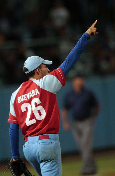 Yander Guevara, señala el ultimo Out del partido. Foto: Ismael Francisco/Cubadebate.