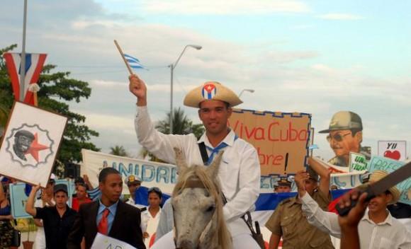 Desfile del Primero de Mayo en la ciudad de Cienfuegos, efectuado en la Plaza de Actos de la ciudad, en Cienfuegos, Cuba, el 01 de Mayo de 2012.    AIN FOTO/Modesto GUTIÉRREZ CABO