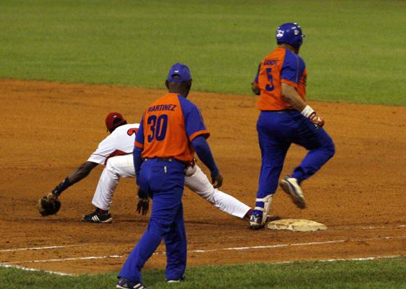 Eriel Sánchez pisa el pie del primera base Yasiel Santoya. Foto: Ladyrene Pérez/Cubadebate.