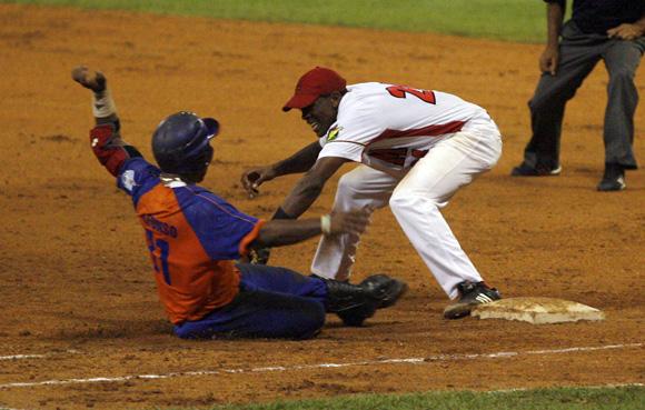 Alfonsito es puesto out en primera base. Foto: Ladyrene Pérez/Cubadebate.