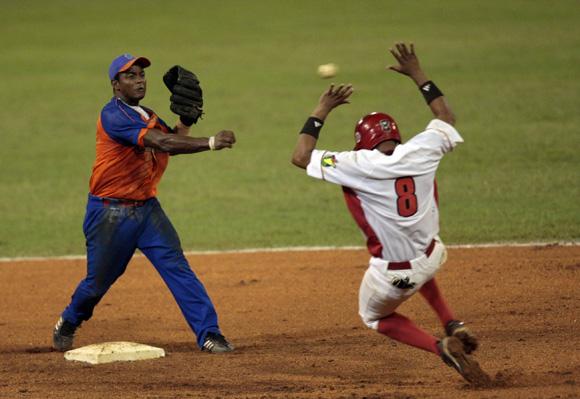 José Miguel Fernández levanta peligrosamente las manos al llegar a segunda base. Foto: Ismael Francisco/Cubadebate.
