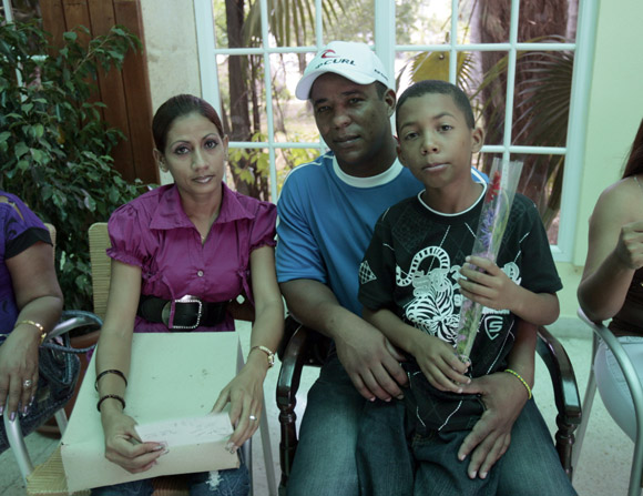 EL manager de Grama entrega un presente a la periodista Julia Osendi, por el dia de las madres. Foto: Ismael Francisco/Cubadebate.