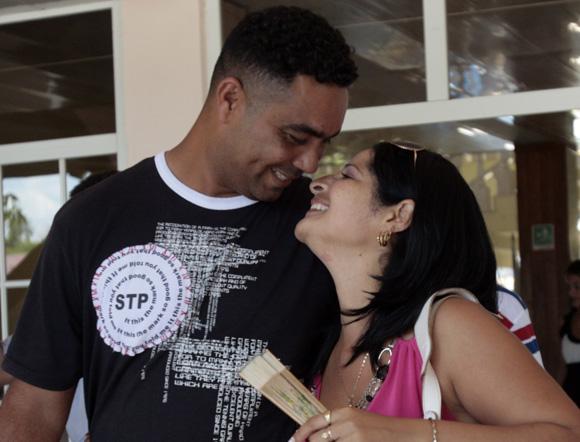 Celebran peloteros de Granma dia de las madres junto a sus familiares en Bayamo. Ciro Silvino Licea lanzador junto a su esposa . Foto: Ismael Francisco/Cubadebate