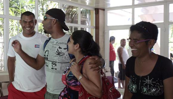 Celebración de peloteros del equipo de Granma por el dia de las madres. Foto: Ismael Francisco/Cubadebate.
