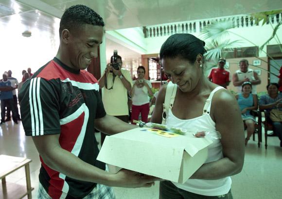 Roel Santos entrega un presente a su mama por el dia de las madres. Foto: Ismael Francisco/Cubadebate.