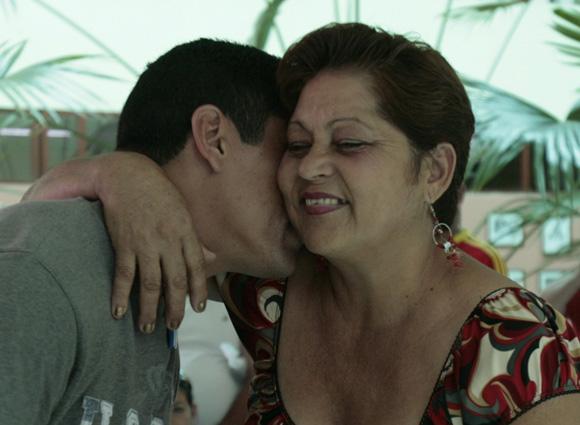 Leandro Martinez, lanzador de Granma se abraza le ofrece a su madre un beso en su dia. Foto: Ismael Francisco/Cubadebate.