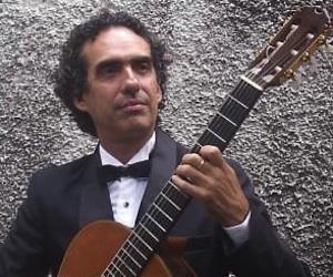 En aquellas tardes sanas, inolvidables, apareció un buen día y muchos otros días, el dúo de guitarras Confluencias, uno de cuyos integrantes, Eduardo Martín,