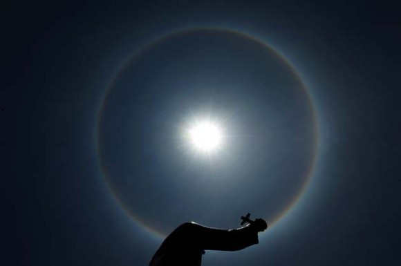 Un halo solar producido por la refracción de la luz a través de gotas de agua en las altas nubes de la atmósfera. Foto: AFP