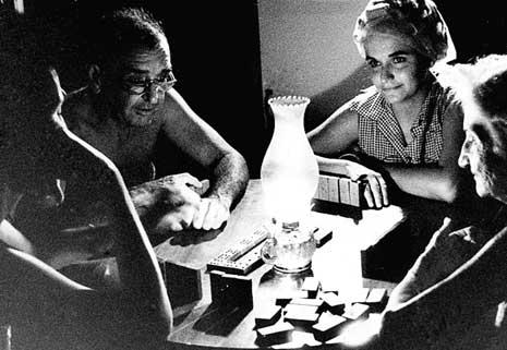 """""""Pasar la página"""" de los tiempos aciagos, habría eclipsado el significado del apagón como punto de partida para una transición energética en la Isla. (Foto: Archivo de Casa Editora Abril)."""