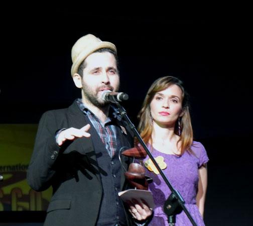 Eduardo Cabra, integrante del grupo puertorriqueño Calle 13, al recibir uno de los premios internacionales entregados en la gala, agradeció a los organizadores de Cubadisco el hecho de tener  nuevamente esta deferencia con su agrupación. Foto Marianela Dufflar