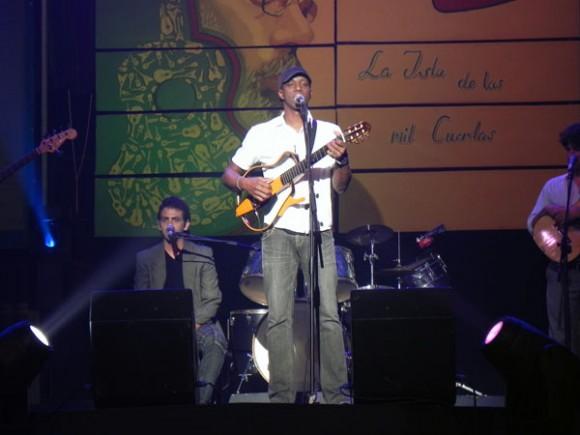 """Tony Ávila, en la categoría  Trova, resultó premiado con el CD  """" … en tierra"""" del sello Bis Music. Foto Marianela Dufflar"""