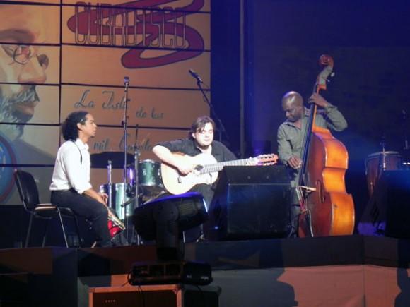 El brasilero Yamandú y Jorge Reyes ambos recibieron premios y actuaron en la Gala. Foto Marianela Dufflar