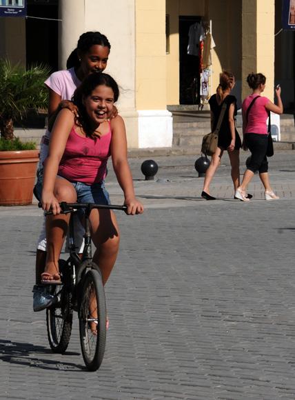 Niñas montando bicicleta en la Plaza Vieja. Foto: Ladyrene Pérez/Cubadebate.