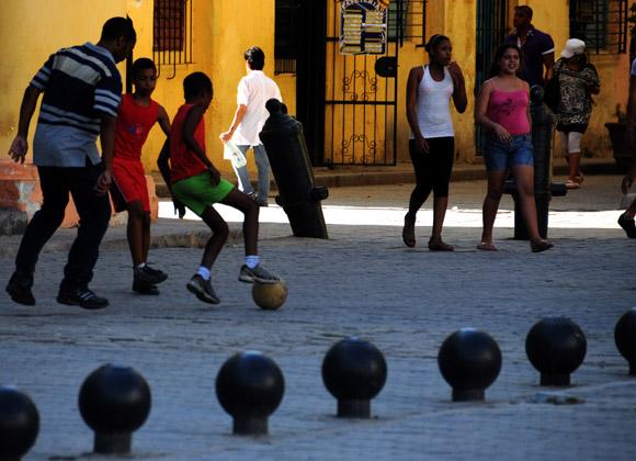 Niños jugando fútbol en la Plaza Vieja. Foto: Ladyrene Pérez/Cubadebate.