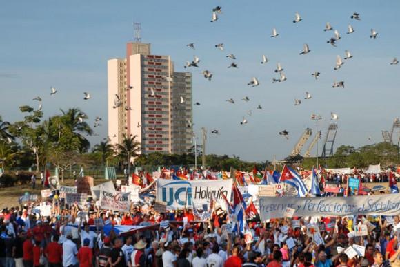 Desfile por el Día Internacional de los Trabajadores, celebrado en la Plaza de la Revolución Mayor General Calixto García, de la ciudad de Holguín, Cuba, el 1ero de mayo de 2012. AIN FOTO/Juan Pablo CARRERAS