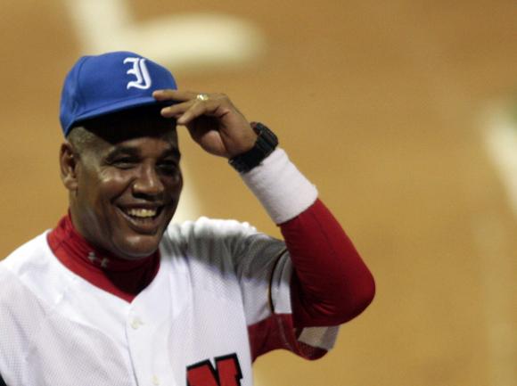 Lázaro Vargas le regala a Víctor Mesa una gorra azul al comienzo del partido. Foto: Ismael Francisco/Cubadebate.