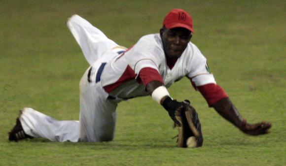 Guillermo Heredia, trata de atrapar una bola en el center, pero no puede. Foto: Ismael Francisco/Cubadebate.