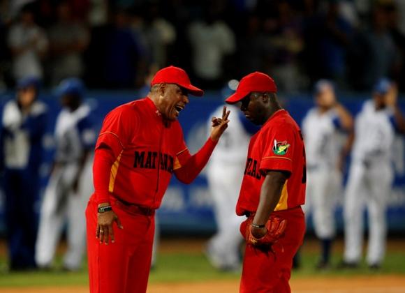 Victor Mesa le grita al pitcher abridor de Matanzas, Yohan Hernández después del jonrón de Malleta impulsor de 3 carreras. Foto: Enrique de la Osa