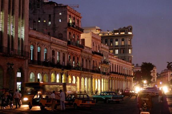 La Habana Vieja de noche. Foto: Roland Krebs/Flickr.