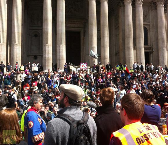 Frente a la Catedral de StPaul, se congregaron los indignados de Londres