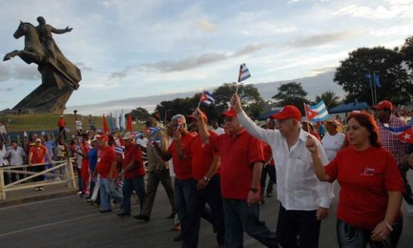 El Primer Vicepresidente José Ramón Machado Ventura encabezó el desfile en Santiago de Cuba. AINFO/Miguel RUBIERA JUSTIZ