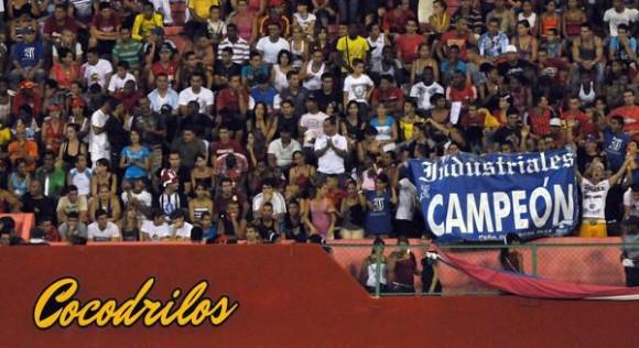 Sexto juego del play off entre los equipos Industriales y Matanzas, en la final occidental, en el estadio Victoria de Girón de la provincia Matanzas, el 16 de mayo de 2012. AIN FOTO/Marcelino VAZQUEZ HERNANDEZ