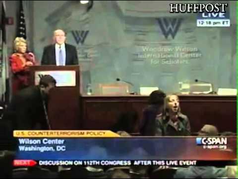 Medea Benjamín interrumpe el discurso de Brennan.