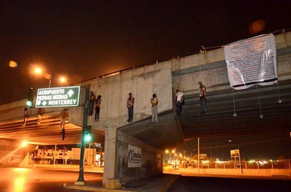 Colgados de un puente en Nuevo Laredo. Foto: AP