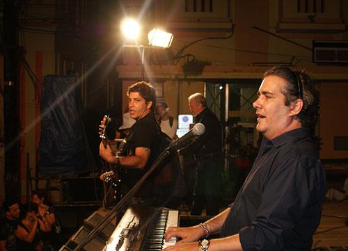 En primer plano: Juan Carlos Rivero, pianista y director musical. Foto: César Gómez Chacón
