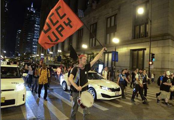 Manifestantes protestan contra la cumbre de la OTAN en una calle de Chicago (EEUU). EFE/TANNEN MAURY