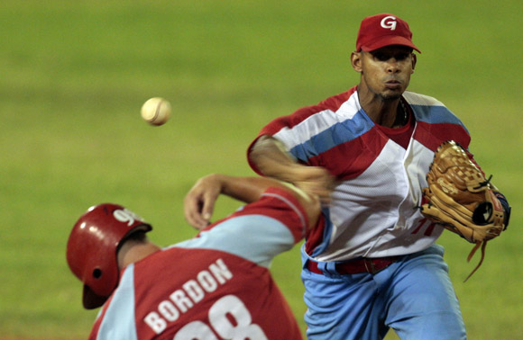 Marcos Fonseca, pivoteando en segunda base.  Foto: Ismael Francisco/Cubadebate.
