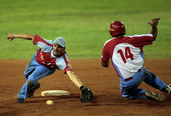 Mario Vega trata de poner out a Urmaris Guerra en segunda base.  Foto: Ismael Francisco/Cubadebate.