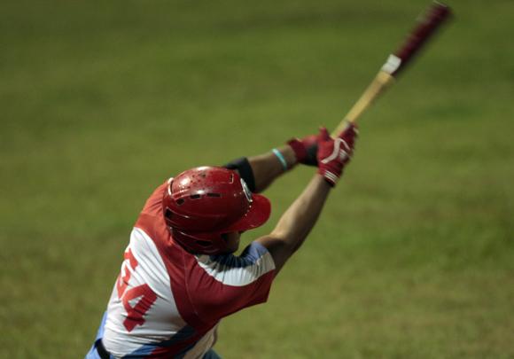 El swing decisivo de Despaigne. Foto: Ismael Francisco/Cubadebate.