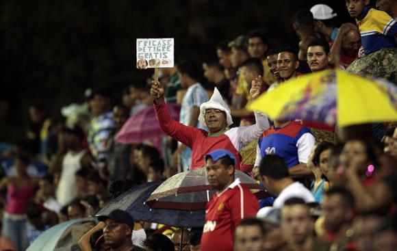 Aficionados en Bayamo.  Foto: Ismael Francisco/Cubadebate.