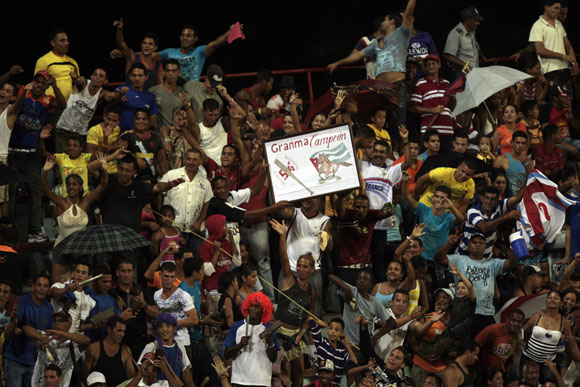 La afición bayamesa celebra la victoria de su equipo.  Foto: Ismael Francisco/Cubadebate.