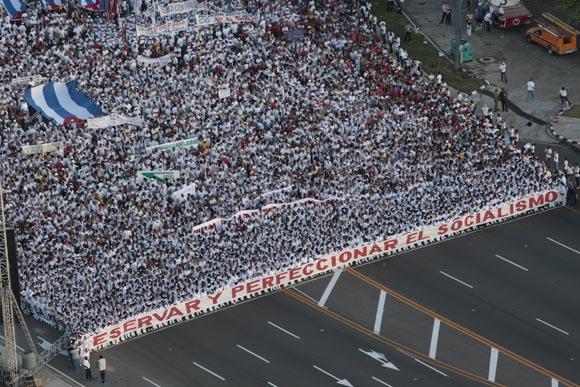 Los trabajadores de la Salud encabezaron el desfile con una gran tela de respaldo al Socialismo. Foto: Ismael Francisco/Cubadebate