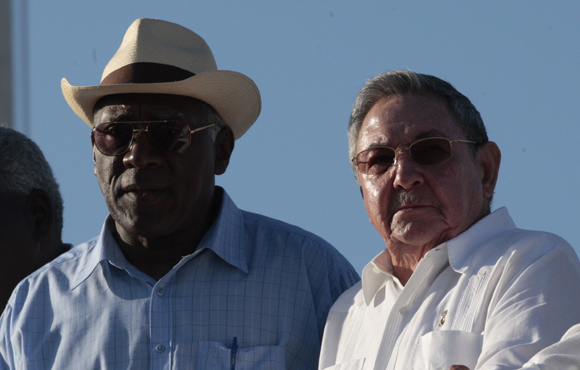 Raúl junto al Secretario General de la CTC Salvador Valdés Mesa Foto: Ismael Francisco/Cubadebate