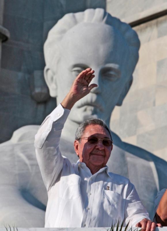 El presidente cubano Raúl Castro saluda a los participantes en el desfile. Foto: Ismael Francisco/Cubadebate
