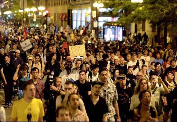 Cientos de manifestantes protestan contra la cumbre de la OTAN en una calle de Chicago (EEUU). EFE/TANNEN MAURY