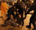 Un joven es desalojado de Sol por varios agentes. Foto: El País/ LUIS SEVILLANO