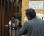 Ramos de flores para el domicilio de Carlos Fuentes.  OMAR TORRES/(AFP)