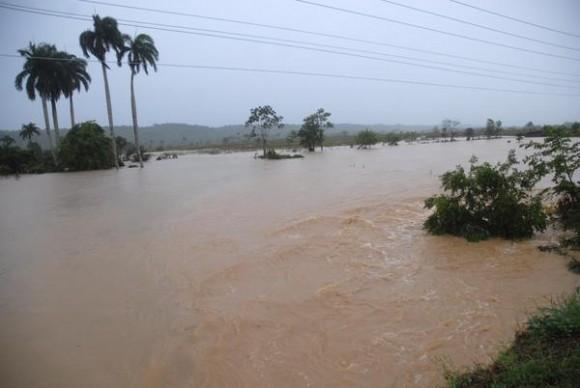 Vista de la crecida del  río Urbaza, en Yaguajay, Sancti Spíritus el 25 de mayo de 2012,  a causa de las lluvias de las últimas jornadas.   AIN   FOTO/Oscar ALFONSO SOSA