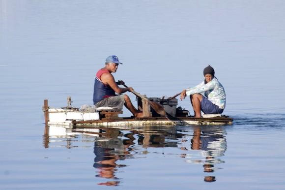 Rodeados de agua como están, es casi irónico que el problema grave de la comunidad sea la ausencia del líquido en los hogares, desde hace doce años.  Foto: Alejandro Ramírez Anderson/ Cubadebate