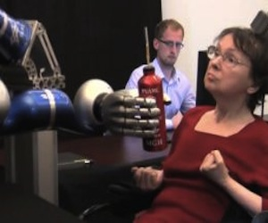 Una mujer mueve con el cerebro un brazo artificial para beber. Foto: THE BRAINGATE COLLABORATION