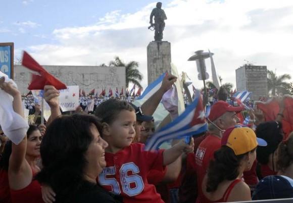 El pueblo unido desfila con motivo del Día internacional de los Trabajadores en la plaza Ernesto Che Guevara, Santa Clara, Villa Clara, Cuba, el 1ro de mayo de 2012  AIN FOTO/Arelys María ECHEVARRIA RODRIGUEZ
