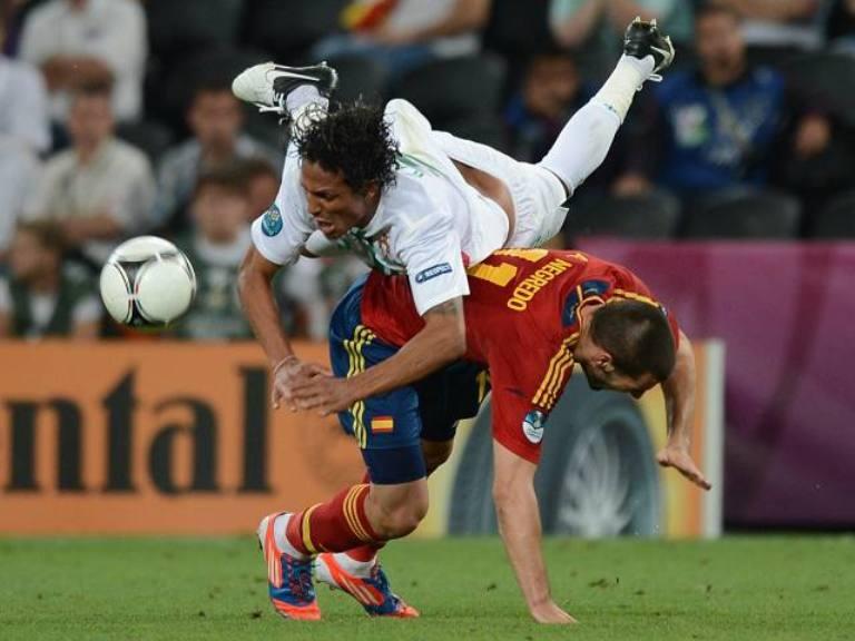 Bruno Alves cae ante la marca del español Negredo. Foto: AFP