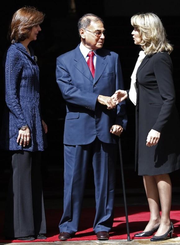 AlÍ Rodríguez, presidente de UNASUR, a la presidenta saliente de UNASUR María Emma Mejía. A la izquierda, la Canciller colombiana María Ángela Holguín. Foto: AP