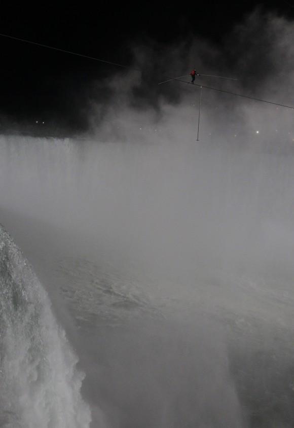 Nik Wallenda cruza las Cataratas del Niagar. Foto: AP. Para ver la imagen a alta resolución, haga clic sobre la fotografía.