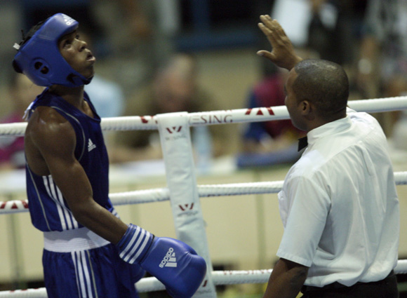 Victor Aguila mira el reloj mientras el referi le aplica conteo de proteción, a causa del golpeo de Robeisy Ramírez en la división de 52 kg. Foto: Ismael Francisco/Cubadebate.